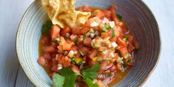 Pikante tomatensalsa en zelfgemaakte taco's