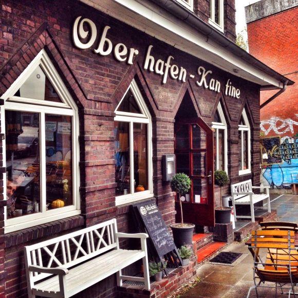 In der Oberhafenkantine in Hamburg gibt's typisch norddeutsche Küche von Labskaus bis zu selbstgeräuchertem Fisch auf 2 urigen Etagen und der Terrasse.