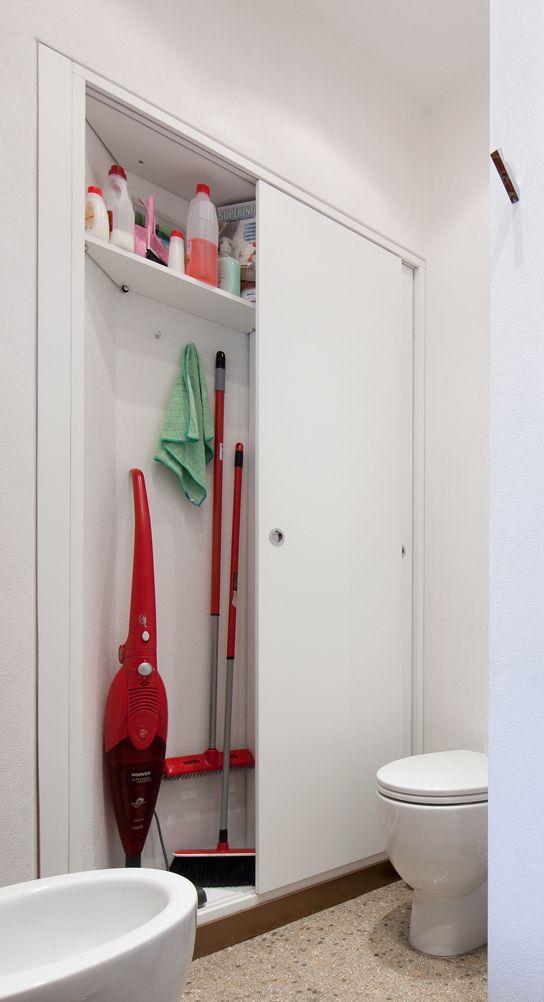 4. Armadio filomuro. In bagno, sull'unica parete libera, 15 cm di profondità sono sufficienti per ricavare un rispostiglio in nicchia per riporre in ordine scope e detersivi. Le due ante scorrevoli si aprono alternativamente.