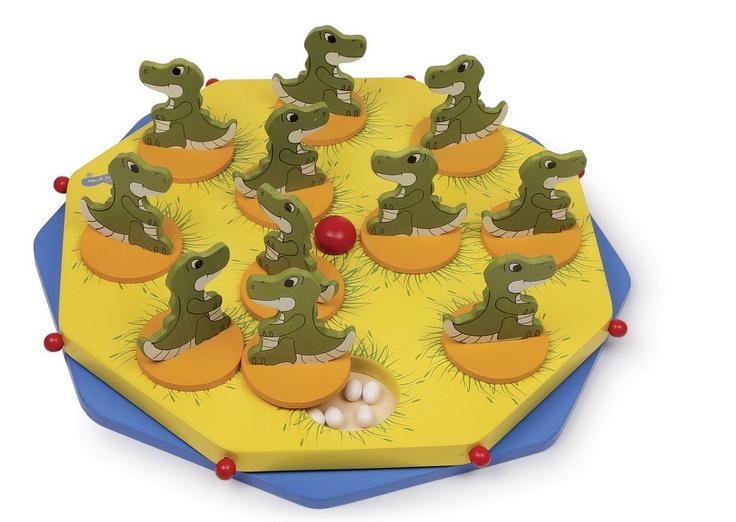 """Dino Ei. Eine dinostarke Erweiterung des begeisternden Spiels """"Das verflixte 5. Ei""""! Hier können 2 - 5 Spieler ab 4 Jahren ihr Gedächtnis trainieren, lernen mit Mengen umzugehen und können zu den 2 Spielvarianten auch eigene Regeln ersinnen! Jeder niedliche Dino hat Eier im Nest - die Spieler sollen sich merken, in welchem Nest wie viele Eier sind! ca. 33 x 33 cm"""