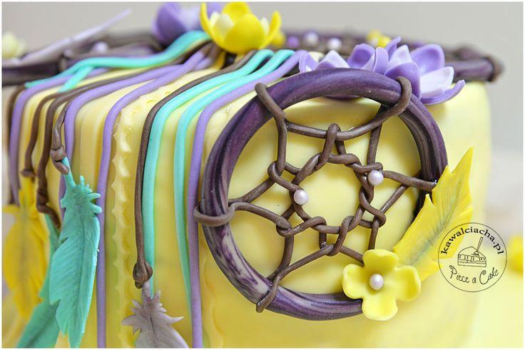 Koło z lukru plastycznego z czekoladowymi sznurkami - element tortu w stylu angielskim z łapaczem snów. więcej na stronie bloga: www.pieceacake.pl