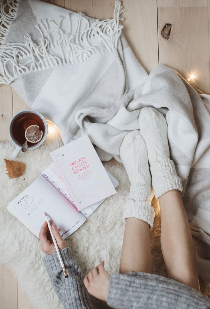 sweter z wełną - Kappahl // koc - TK Maxx // kremowy chodnik - IKEA // książka i notes- Insignis For many months (or maybe even years?!), you've been asking how I manage my time, whether I'm good at planning, and how I prevent being always late with everything. Well... I would like to write that I'm a master of time management, but the truth is that I'm still learning how to do it well. However, I can see some progress - after years of self-impro...