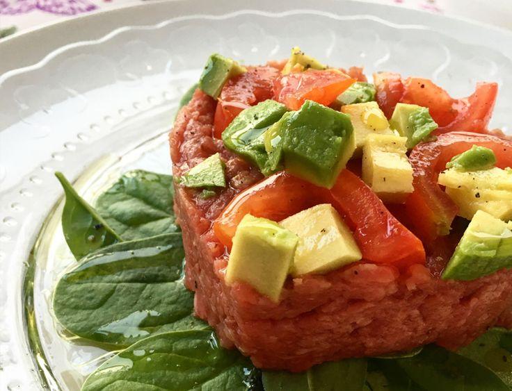 Tartare di manzo con avocado e pomodori su letto di spinacini baby | Paleo Sisters