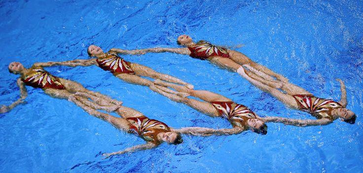 synchronized swimming | Schön und synchron: Hier schwimmen Mitglieder der ungarischen ...