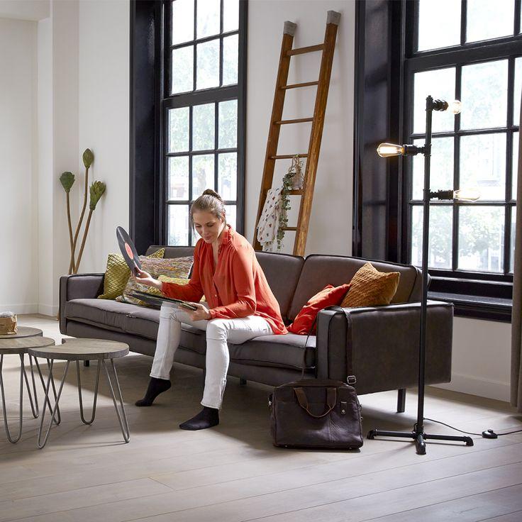 De moderne, maar ook stoere bank Jolly is leverbaar in meerdere afmetingen, stoffen en kleuren.