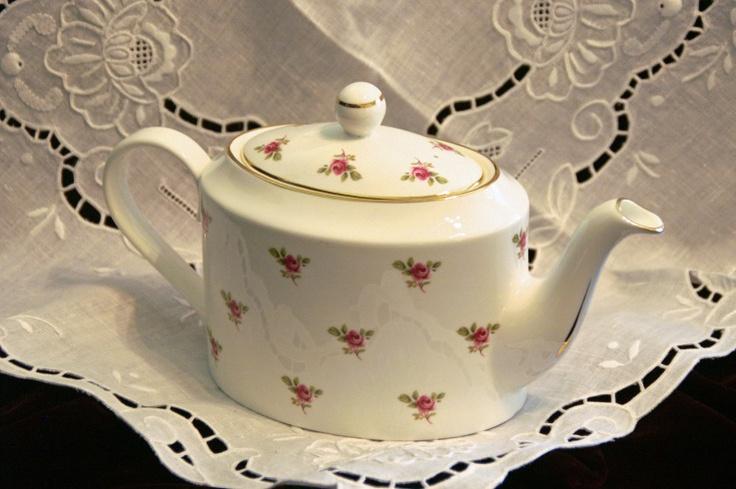 Sheltonian English Rosebuds Teapot