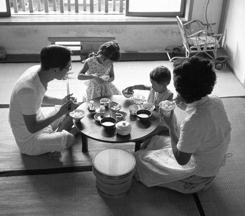 1954年東京、ちゃぶ台を囲んで食事する家族。戦後70年「日本の食」 - 毎日新聞