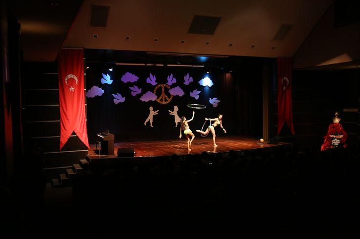 """Bu güzel konuşmanın ardından """"Atatürk ve Çocuk"""" konulu barkovizyon gösterildi. 3 ve 5. sınıf öğrencilerimizin dans gösterisi, piyano resitali ve okul orkestrasının birbirinden neşeli şarkılarıyla 23 Nisan coşkusu hız kazandı."""