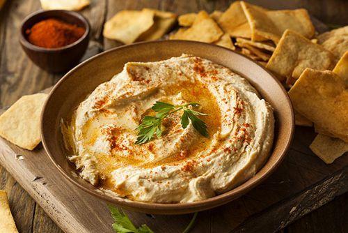 Antakya Usulü Humus Tarifi Nasıl Yapılır? Humus Arapçada nohut anlamına gelmektedir. Türkiye dışında Arap ülkelerinde ve İsrail'de de oldukça fazla ilgi görmektedir. Humus genellikle kahvaltıda ve ana yemek öncesi iştah açıcı meze türüdür. Farklı şekillerde servis edilebilmektedir, fırında pişirilerek hazırlanabilir, düdüklü tencerede ıslatılmadan da hazırlanabilir. Ustadan ustaya farklı lezzetler ortaya çıkabilir, nohutları ezerken sarımsak eklenirse […]