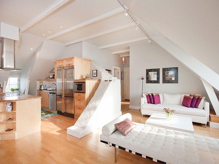 cuisine ouverte sur salon, idée de petite cuisine en bois avec ilot en bois clair, parquet clair, canapé , table basse et chaise longue blanc, separation cuisine salon intéressante