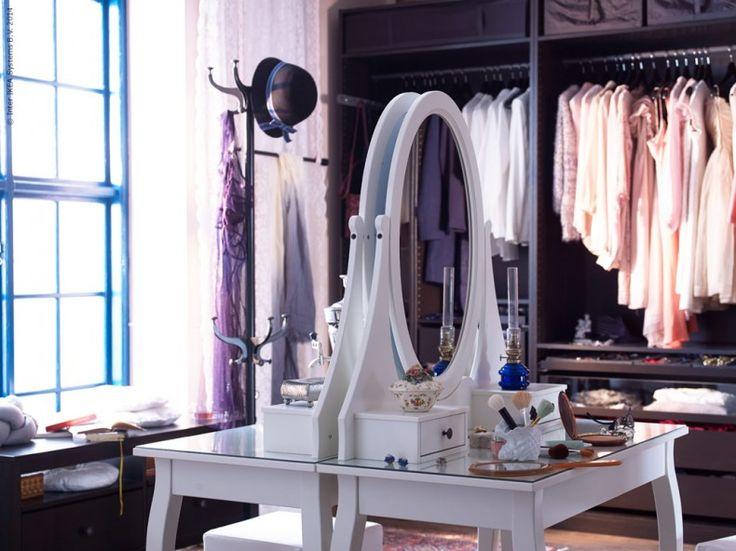 Lyx i vardagen med HEMNES toalettbord med spegel. HEMNES klädhängare, PAX garderob med KOMPLEMENT garderobsinredning.