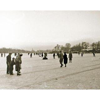 Passend zu den aktuell frostigen Temperaturen. Schlittschuh-Spaß um 1930 auf der damals zugefrorenen alten Donau bei der Wagramer Straße (© W. Neuwirth Privatarchiv) #vintage_vienna #vintagevienna #vintage #vienna #wien #vienne #history #austria #oldvienna #1930 #1930s #nostalgia #timetravel #photography #privatearchives #blackandwhite #winter #danube #altedonau #wagramerstrasse
