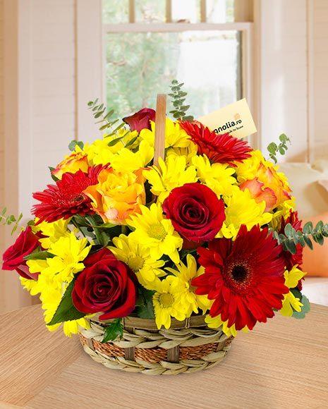 Aranjament floral cu trandafiri, gerbere si crizanteme.   Flower arrangement with roses, gerbera daisies and mums.