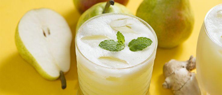 SUCO DETOX AMARELO COM GENGIBRE Ingredientes : 1 pera, 1/2 abacaxi sem casca, 1 colher chá de gengibre, 200ml de água Modo de preparo : Bata os ingredientes no liquidificador junto com a água. Passe na peneira, se desejar. Sirva gelado.