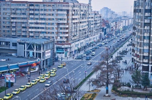 Pe parcursul celei de-a doua jumătăţi a anului 2012, preţul apartamentelor din Bacău a scăzut cu 1,3% faţă de aceeaşi perioadă a lui 2011, terenurile şi-au continuat scăderea, iar chiriile la spaţiile de birouri au cunoscut o tendinţă asemănătoare.