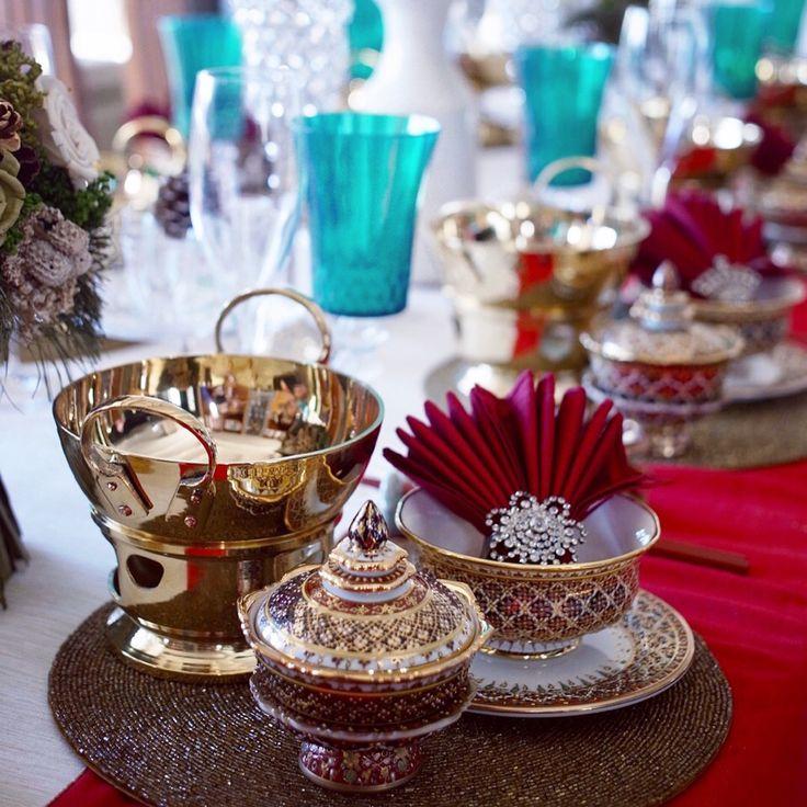 タイ料理教室シリキッチン: 12月の上級本格タイ料理教室のテーブルコーディネートです❤️✨今月のメインメニューはタイの鍋料理のタイスキを作るので、ゴールドのお鍋とベンジャロン焼のお皿を使い、ゴージャスなクリスマステーブルをコーディネートしました✨ 今月のレッスンはパーティの気分でご参加くださいね〜 . . #タイ料理 #タイ料理教室 #タイ料理レッスン #タイ料理大好き #タイ雑貨 #アジア料理教室 #アジア料理 #エスニック料理 #エスニック料理教室 #おもてなし #ベンジャロン #タイテーブル #テーブルコーディネート #テーブルセッティング #クリスマス #タイスキ #フードスタイリング #フードコーディネート #鍋料理 #冬にぴったり #習い事 #料理教室 #料理教室東京 #cookingschool #christmastable #cookingram #thaifood #benjarong #tablesetting