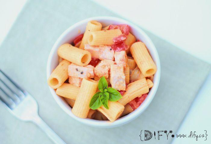 Zdravý těstovinový salát s krůtím masem a medovo-hořčicovou zálivkou