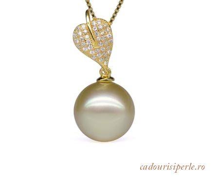 Pandantiv Glamour Gold     O bijuterie de mare valoare avand ca piesa  principala o perla South Sea autentica de 13-14 mm, rotunda, de culoare aurie, montata in argint placat cu aur galben de 18 karate. Lungimea lantisorului este de 46 cm.Detalii: http://cadourisiperle.ro/produse/colectia-exclussive-pearls/pandantiv-glamour-gold