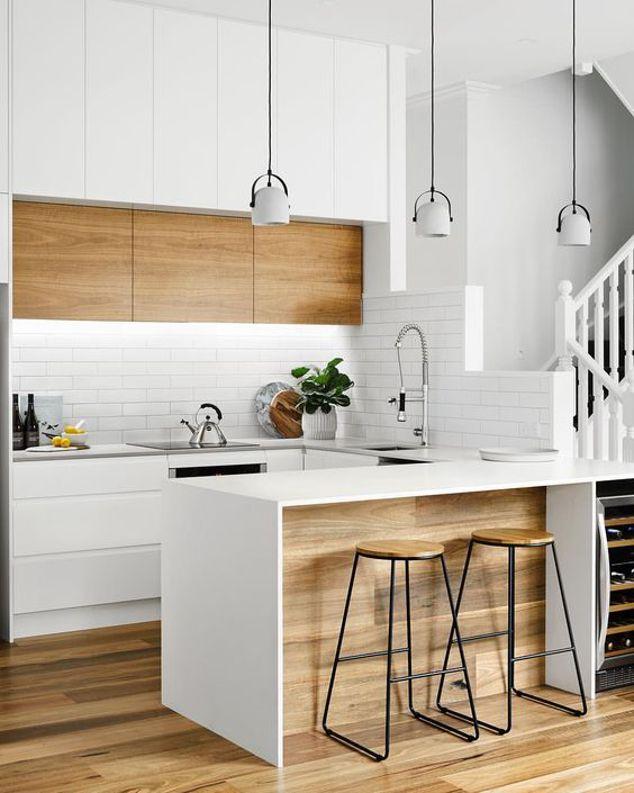 Cocina abierta al salón en blanco y madera #kitchen #cocinas #cocinasabiertas