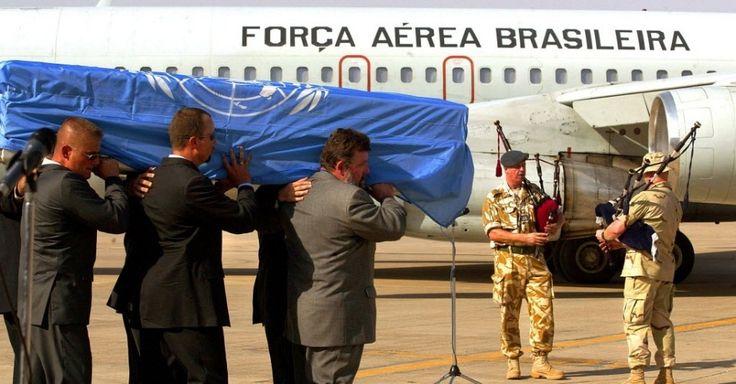 Caixão com o corpo do diplomata Sérgio Vieira de Mello é levado para avião da Força Aérea Brasileira no aeroporto de Bagdá, no Iraque, antes de seguir para o velório no Rio de Janeiro. O brasileiro, que na época ocupava o cargo de representante do secretário-geral da ONU no Iraque, foi morto no dia 19 de agosto de 2003 em um atentado terrorista na sede da organização em Bagdá