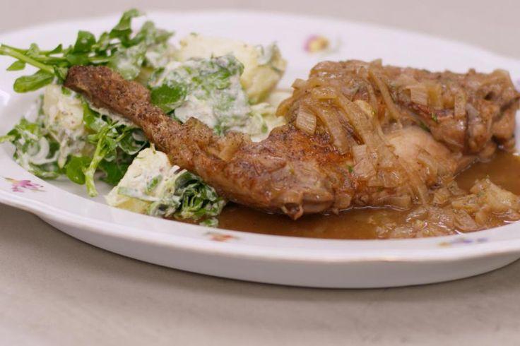Konijnenbouten zijn ideaal om er een lekkere en eerlijke stoofpot mee te bereiden. Het magere vlees wordt mals en sappig in een saus met veel sjalot, een flinke scheut porto, honing en veel verse tijm. Jeroen serveert er een koude aardappelsalade bij met een rijkelijk 'versierde' mayonaise en blaadjes waterkers. Een smakelijke match van warm en koud op je bord.