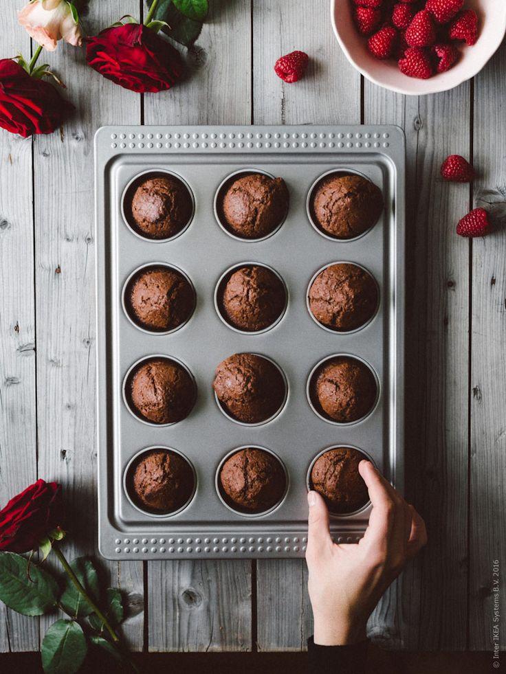 Chokladcupcakes (ca 12 stora eller 20 små) 125 g smör 2 dl mjölk 1 stort ägg 3 dl vetemjöl 1 dl kakaopulver 2 dl strösocker 2 tsk bakpulver