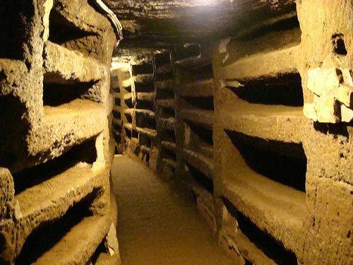 Catacumbas de San Calixto, Roma. En la primera mitad del segundo siglo los cristianos enterraron a sus muertos bajo tierra. El complejo tiene una extensión de 15 hectáreas y alcanzan una profundidad superior a los 20 metros. En ellas se enterraron a decenas de mártires, 16 pontífices y muchos cristianos. Las catacumbas fueron abandonadas en el siglo V y descubiertas hasta el siglo XIX. Actualmente se conocen más de 60 catacumbas; las más interesantes son las de San Calixto.