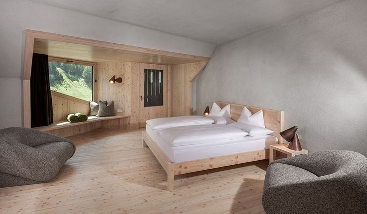 The traditional Bühelwirt hotel in St. Jakob in the Ahrntal valley of South Tyrol has been recently extended with a modern wing containing 20 rooms/suites, a r