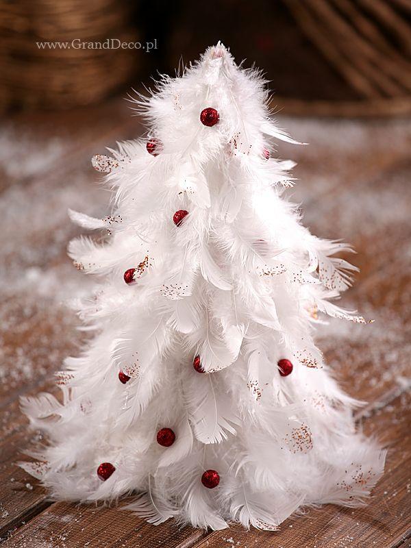 Piękna i delikatna choinka z ptasich piór i czerwonych perełek. Piórka udekorowane są dodatkowo czerwonym brokatem. Produkty z których możesz wykonać taką choinkę znajdziesz w GrandDeco.pl i SklepFlorystyczny.pl