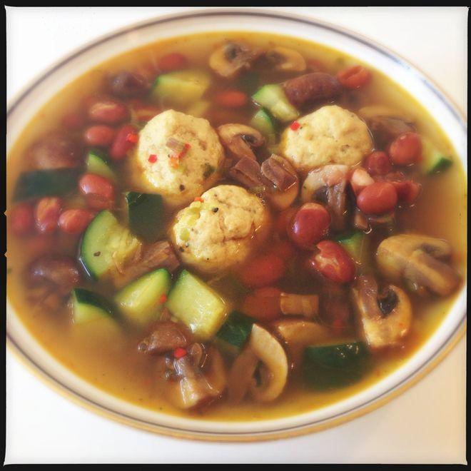 Suppe er bare skønt! Især hvis man har brug for at skræmme baktusser ud af kroppen… Kyllingeboller 400g hakket kylling 7g friskpresset hvidløg 1 tsk. salt 1 tsk. peber Suppe 12g finthakket rø…