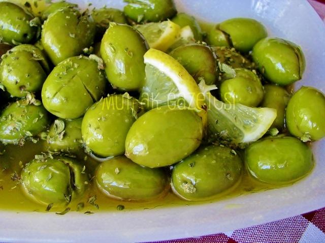 evde yeşil zeytin yapımı