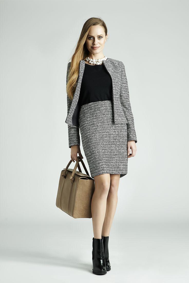 Szara garsonka i czarna bluzka to klasyczny zestaw - ożywi go duży naszyjnik, beżowa torba i botki zamiast szpilek. Idealny look na jesień i zimę! #QSQ #fashion #inspirations #outfit #ootd #look #fall #autumn #grey #black #casual #work #elegance #formal #formalwear #skirt #minimal #feminine #jacket #shirt #bag
