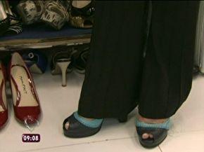 Sapato apertado? Veja dicas com saco plástico e água para folgar seu calçado.  'Truque' do congelador te ajuda a dar mais conforto aos pés;  1 - Coloque o saco menor com um pouco de água dentro do sapato, de forma que a água fique toda na área que precisa ser alargada;  2 - Pegue um saco maior, coloque os sapatos dentro, feche bem e coloque no freezer;  3 - Depois de algumas horas, retire o saco do freezer;  4 - Retire o gelo que se formou e seu sapato está pronto para ser usado.