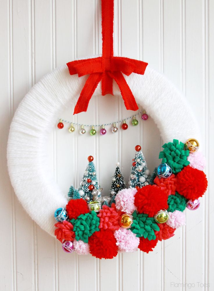 Retro Style Christmas Wreath by @bevrmccullough