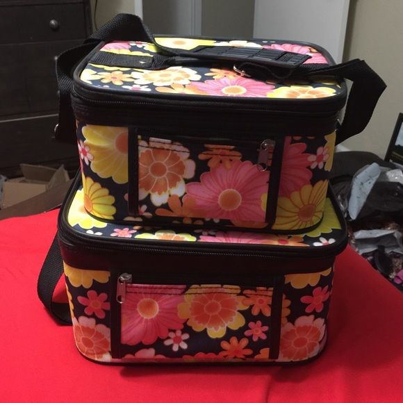 Floral cosmetic train case Matching set. EUC beautiful floral pattern. Enough room for all of your cosmetic needs! Cheaper on 〽️ ercari.  Smoke and pet free home. Makeup Brushes & Tools