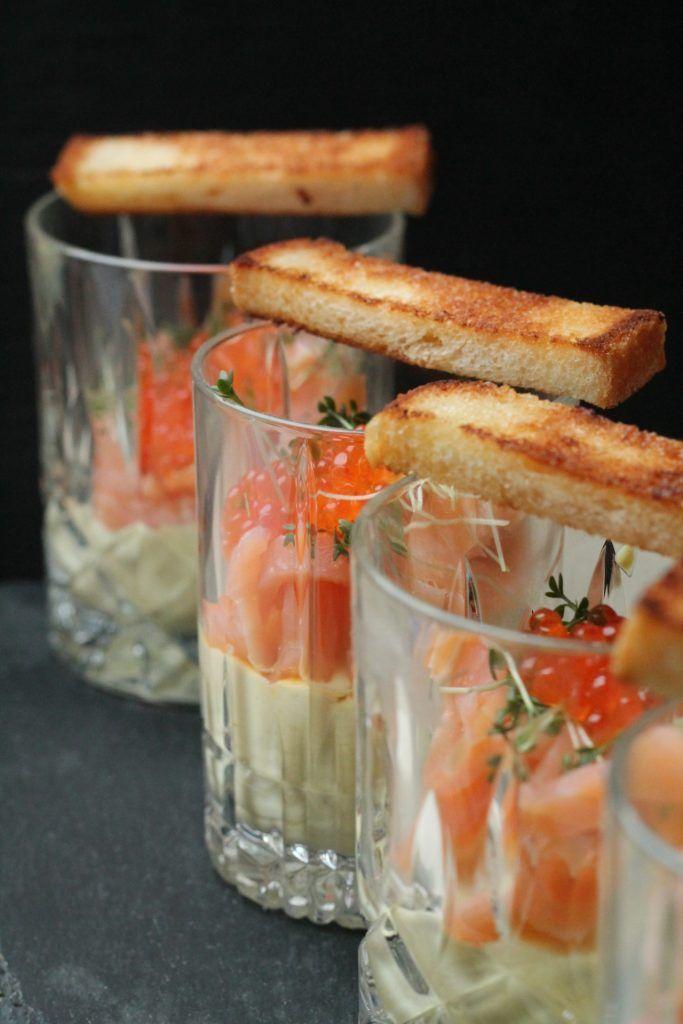 Es gibt leckere Eier im Glas zum Frühstück! Senfcreme, Lachs und Forellenkaviar machen daraus eine skandinavische Variante.