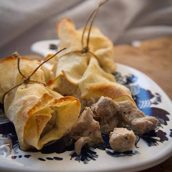 by http://ift.tt/1OJSkeg - Sardegna turismo by italylandscape.com #traveloffers #holiday | #Purpedda involta nel #carasau. Questo piatto l'ho mangiato per la prima volta a #Bono. Ora nn ne posso fare a meno. Si tratta di tenera polpa di maiale marinata in aceto olio pepe e sale. Delizia. La ricetta domani sul sito. Felice sabato sera #koendilovers Foto presente anche su http://ift.tt/1tOf9XD | February 20 2016 at 07:54PM (ph koendi_sardegna ) | #traveloffers #holiday | INSERISCI ANCHE TU…