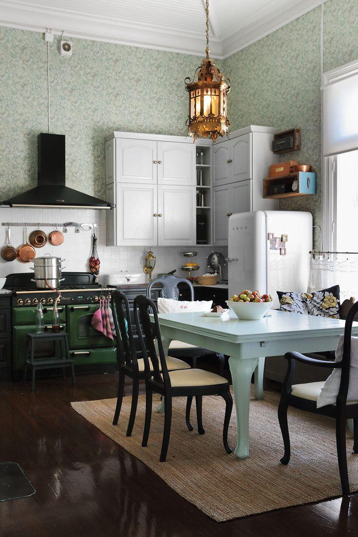 Kun opiskelijanuoret tulevat kotiin lomillaan, kuuden hengen perhe kokoontuu yhä keittiön ruokapöydän ääreen. Edelliset asukkaat tekivät keittiöremontin ja asensivat englantilaisen Rangemaster-hellan, jossa on kaasu ja sähkö. Leila on maalannut keittiön tuolit himmeän mustiksi.