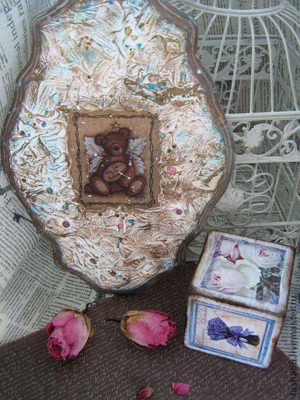 `Мишка из детства` панно-вешалка. Панно-вешалка для детской.Выполнена в смешанной технике декупаж+декорирование текстурной пастой.Вживление картинки,бус,старой булавочки,отделка краской'старая бронза'.  Покрыто на 3 слоя лаком.