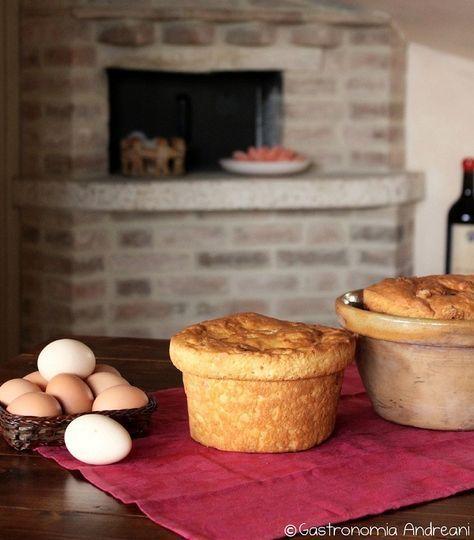 Torta di Pasqua al Formaggio è tipica della cucina umbra e largamente diffusa nell'Italia Centrale. Chiamata anche Pizza di Pasqua, è in realtà un pane molto soffice e lievitato, arricchito con uova, formaggio e strutto. Si consuma per tradizione durante l'abbondantissima colazione di Pasqua, una consuetudine tipica dell'Umbria, servita con capocollo, uova sode e magari accompagnata da un bicchiere di vino rosso.