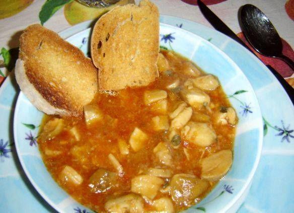 Acquacotta con funghi #porcini. Rosolare #aglio e #peperoncino in un tegame con #olio, aggiungere i #porcini tagliati, dopo che si sono asciugati aggiungere #pomodoro maturo a cubetti, #prezzemolo, #sale e #pepe mescolando il tutto. Dopo 5 min aggiungere un litro d'#acqua e far cuocere per mezz'ora. Preparare una scodella con #pane raffermo e versarci sopra l'acquacotta ben calda.