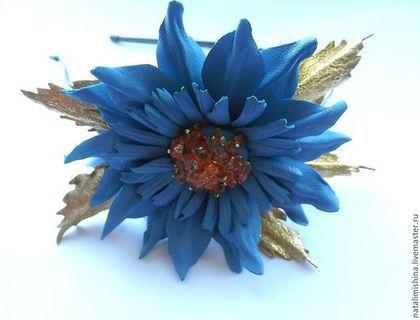 Купить или заказать Ободок 'Голубой с золотом' в интернет-магазине на Ярмарке Мастеров. Ободок двойной металлический, декорированный цветком из кожи небосно-голубого цвета и золотыми листочками .