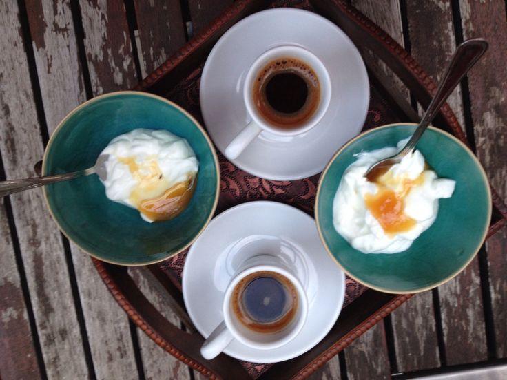 Caffè greco e yoghurt greco con miele alle zagare