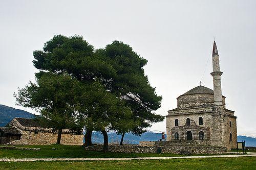 17: Το Φετιχιέ Τζαμί  Βρίσκεται μέσα στην ακρόπολη του Ιτς Καλέ και αποτελούσε το ανάκτορο του Αλή Πασά. Το όνομα του σημαίνει Τζαμί της Κατάκτησης. Αρχικά το τζαμί ήταν ξύλινο, όμως μετά τις φοβερές καταστροφές που έπαθε με την επανάσταση του Διονυσίου το 1611, χτίστηκε ξανά ως πέτρινο αυτή τη φορά. Η τελική του μορφή δόθηκε επί Αλή Πασά το 1795. Δίπλα στο τζαμί βρίσκεται και ο οικογενειακός τάφος του Αλή Πασά όπου θάφτηκε και το ακέφαλο σώμα του του.