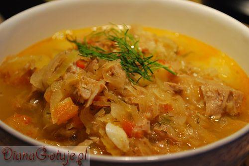Kapusta - sopa de repolho:   2 kg de chucrute 2-3 costelas defumadas 0,5 kg de lombo de porco ou presunto de porco 3 cenouras cebola 4-5 batatas 1 pedaço de salsa e aipo 4 tomates 5 dentes de alho sal pimenta 2 colheres de chá de cominho 3 folhas de louro 5 bolas de pimenta da Jamaica 1 colher de sopa de jarzynki 2 colheres de sopa de farinha óleo 1/2 grupo do aneto  Fritar carne+ 5l água+ restante.  frite cebola em azeite, no final, + farinha, roux na sopa.