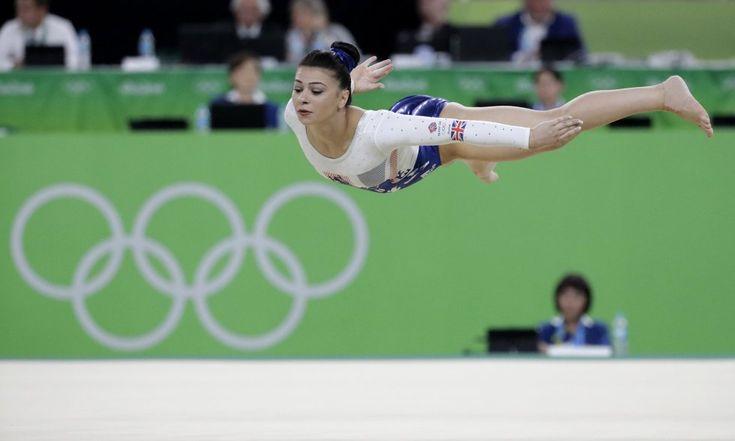 La británica Claudia Fragapane actúa durante la final de gimnasia artística por equipos.