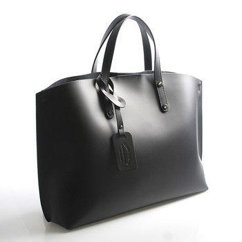 #ItalY Černá luxusní kožená kabelka především do ruky nebo na předloktí ItalY s nadčasovým a zároveň trendy designem. Zavírání je vyřešeno Italským způsobem - magnetický cvoček, uvnitř je potom zipem uzavíratelný vak. Na stěně je jedna kapsa na zip. Ke kabelce lze připnout popruh.
