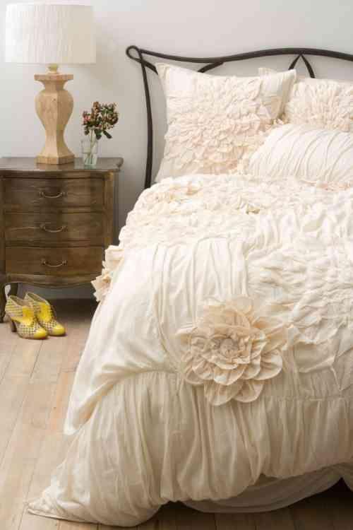 literie ivoire dans la chambre romantique Shabby Chic