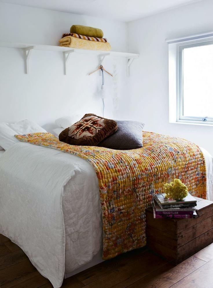Hvitt soverom med bohemske innslag i gult.