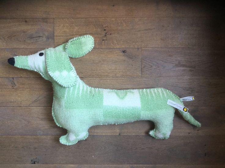 Leuke teckel.  Gemaakt van een oude wollen deken. Te koop via yellowmarker.nl